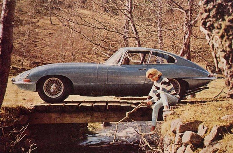 Cuatro ruedas, frenos de disco y cuatro ruedas, suspensión independiente eran estándar.