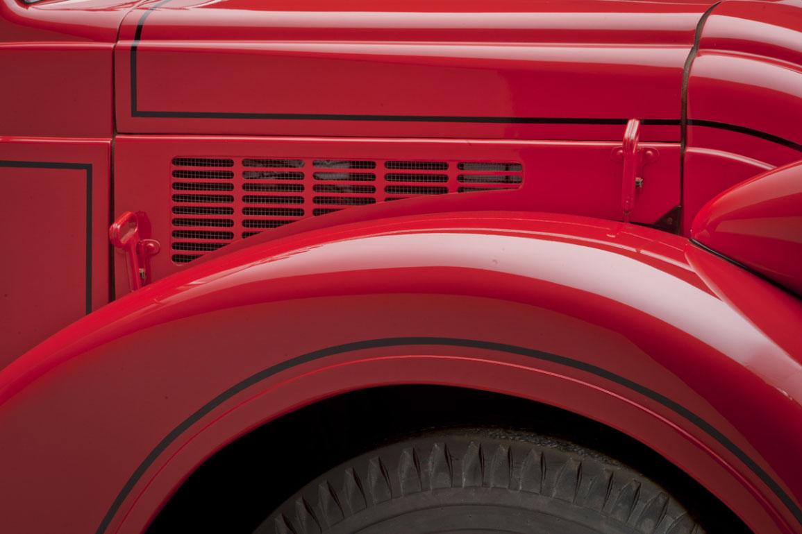 Dodge Airflow Tank Truck (1939) - Hood vent